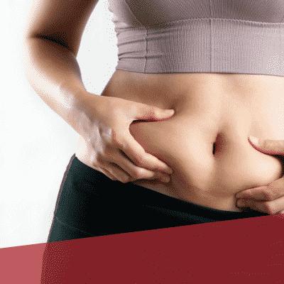 Frau greift die Speckrolle am Bauch